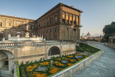 Blommor och en sikt av duomoen på Palazzo Pitti Royaltyfria Foton