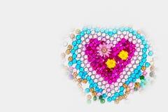 blommor och färgrika polerade gemstones i hjärta formar Royaltyfria Foton