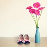 Blommor och flickaktigt skor för rosa färger Royaltyfri Bild