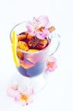 Blommor och funderat vin i exponeringsglas Royaltyfria Foton