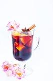 Blommor och funderat vin i exponeringsglas Arkivbild