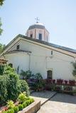 Blommor och kyrka på kloster av St Nicholas royaltyfria foton