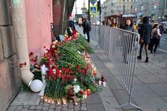 Blommor och lampor i minnet av offren av terroristattaen Royaltyfri Foto