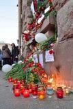 Blommor och lampor i minnet av offren av terroristattaen Arkivbild
