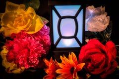 Blommor och ljus arkivbild