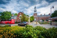 Blommor och Lowell House, på Harvarduniversitetet, i Cambridg arkivfoton