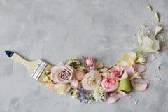 Blommor och målarfärgborste arkivbilder