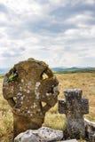 Blommor och mynt som religiöst erbjuda på två forntida stenkors på en kulle i den bulgariska byn av Chukovezer royaltyfri foto