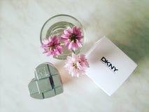 Blommor och parfum DKNY royaltyfri bild