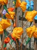 Blommor och rosor som göras av pappers- hänga från den rostiga porten Royaltyfria Foton