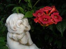 Blommor och skulptur Arkivfoto