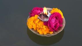 Blommor och stearinljus för puja för religiös ceremoni för Hinduism på Ganges, Indien lager videofilmer