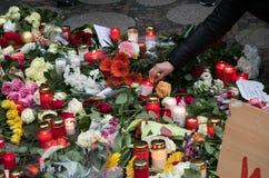 Blommor och stearinljus på jul marknadsför i Berlin Arkivfoton