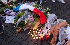 Blommor och tända stearinljus framme av den franska ambassaden i piazza Fotografering för Bildbyråer