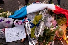 Blommor och tända stearinljus framme av den franska ambassaden i piazza Arkivfoton