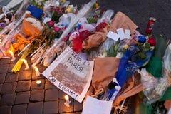 Blommor och tända stearinljus framme av den franska ambassaden i piazza Royaltyfria Foton