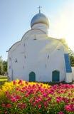 Blommor på bakgrunden av den ortodoxa kyrkan och sunl Royaltyfri Bild