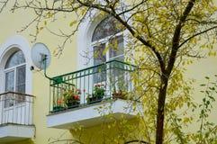 Blommor på balkongen av huset fotografering för bildbyråer