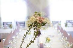Blommor på bordlägga arkivfoto