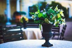 Blommor på bordlägga Arkivbild