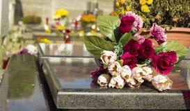 Blommor på cementary Arkivbild