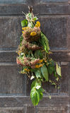 Blommor på dörr Royaltyfri Bild