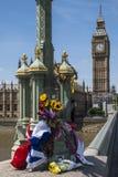 Blommor på den Westminster bron Royaltyfri Foto