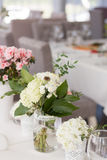 Blommor på en bordlägga Fotografering för Bildbyråer