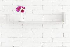 Blommor på en hylla arkivfoton