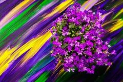 Blommor på en ljus purpurfärgad bakgrund arkivfoton