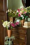 Blommor på en skänk royaltyfria bilder