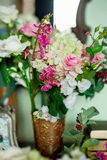Blommor på en skänk arkivbilder