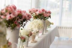 Blommor på en tabell i ett kafé Arkivfoto