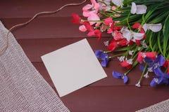 Blommor på en trä blom- ram, vår eller sommarbakgrund Royaltyfria Bilder