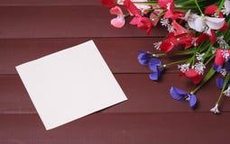 Blommor på en trä blom- ram, vår eller sommarbakgrund Royaltyfria Foton