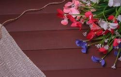 Blommor på en trä blom- ram, vår eller sommarbakgrund Royaltyfri Fotografi