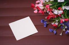 Blommor på en trä blom- ram, vår eller sommarbakgrund Arkivbilder