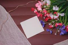 Blommor på en trä blom- ram, vår eller sommarbakgrund Fotografering för Bildbyråer