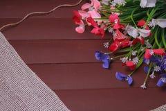Blommor på en trä blom- ram, vår eller sommarbakgrund Arkivfoton