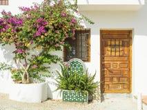 Blommor på fasaden av ett hus som är typisk av Spanien Arkivfoton