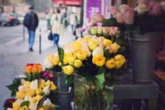 Blommor på gatan av Paris, Frankrike Royaltyfri Fotografi