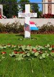 Blommor på grav för general Pattons på en feriehelg royaltyfri fotografi