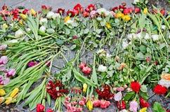 Blommor på graven Royaltyfria Bilder