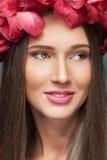 Blommor på hennes huvud Royaltyfria Bilder