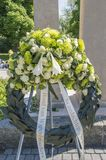 Blommor på krigmonumentet Amsterdamseweg Amstelveen Nederländerna Royaltyfri Bild