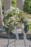 Blommor på krigmonumentet Amsterdamseweg Amstelveen Nederländerna Arkivfoto