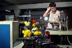 Blommor på produktionen av maskiner på factory6en royaltyfri fotografi