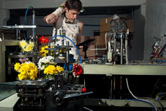 Blommor på produktionen av maskiner på factory8en arkivfoton