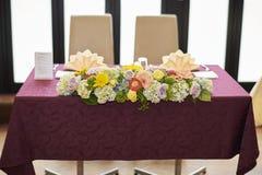Blommor på huvudbordet på bröllop Arkivbild