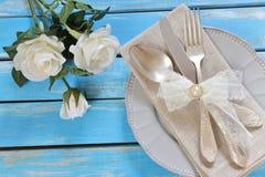 Blommor, platta och bestick royaltyfria foton